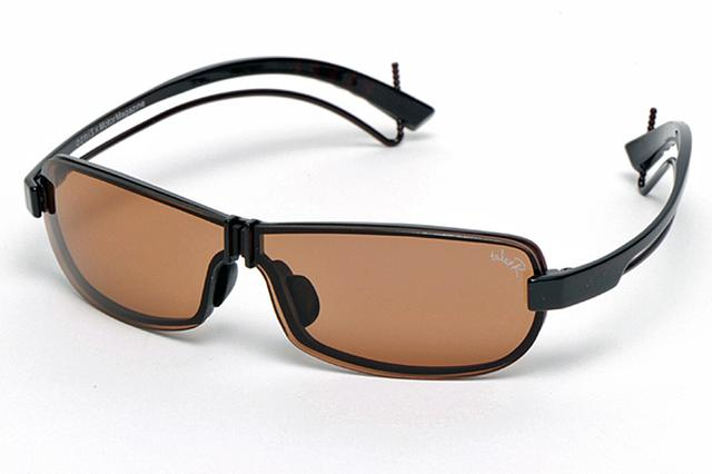 画像: 一眼のサングラス風に見えるレンズの形は、首を振らずに視線だけでサイドミラーなどを確認した際に眉間部分が死角となるのを防ぐ。視線を巡らせても死角のない視野は新鮮。