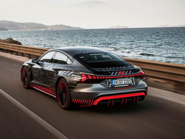 画像: 新開発エアサスペンションで高速走行時などは車高を22mmダウン。空力特性を高める。