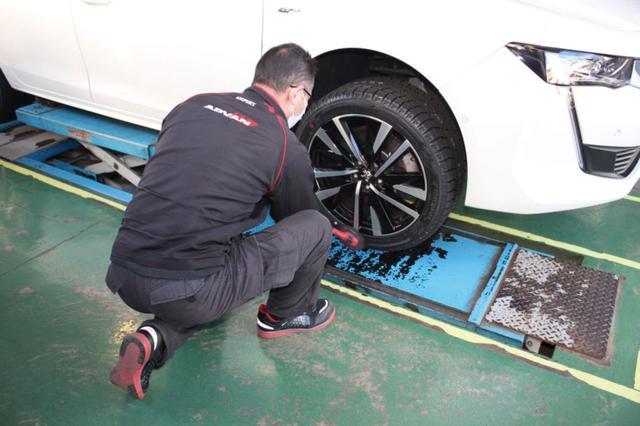 画像: スタッドレスタイヤはヨコハマ アイスガード6で夏タイヤと同じ235/45R18サイズ。これで雪が降っても安心。
