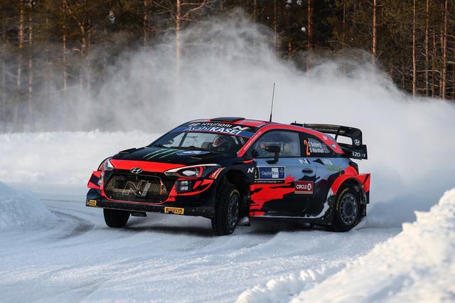 画像: オリバー・ソルベルグが駆るヒュンダイ i20クーペ WRC。父親譲りのダイナミックなドライビングスタイルが特徴。父はスバルでWRCチャンピオンに輝いたペター・ソルベルグ。