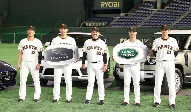 画像: 左から梶谷選手、大城選手、原監督、中川選手、井納選手。