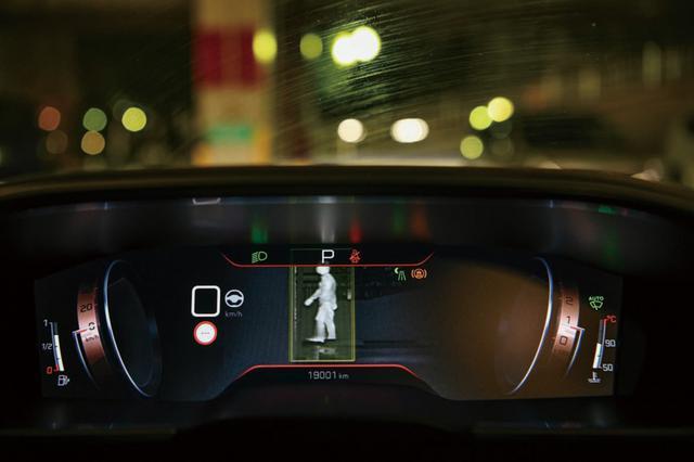 画像: ナイトビジョンモードの画面。⾚外線カメラが前方を捉え、人を認識すると警告音と枠で囲まれて注意を促してくれる。