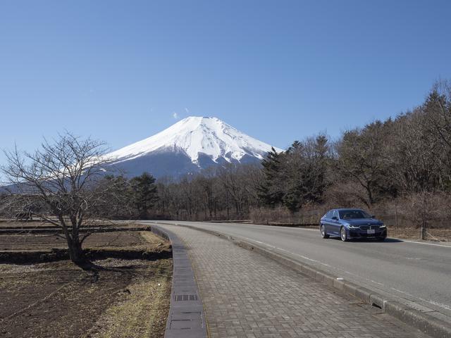 画像: 快晴の富士山をバックに走るBMW アルピナ D5 S リムジン。