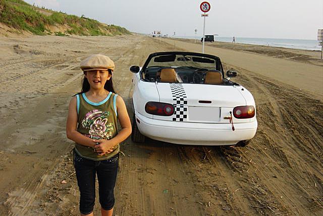 画像: 幼少期にお父さんと千里浜なぎさドライブウエイまでドライブしたときの写真。当時は、まさか自分が運転することになるとは、思ってもいなかったことだろう。