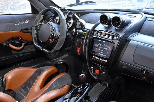 画像: スポーツカー然としたコクピット。スピードメーターは415km/hまで刻まれている。