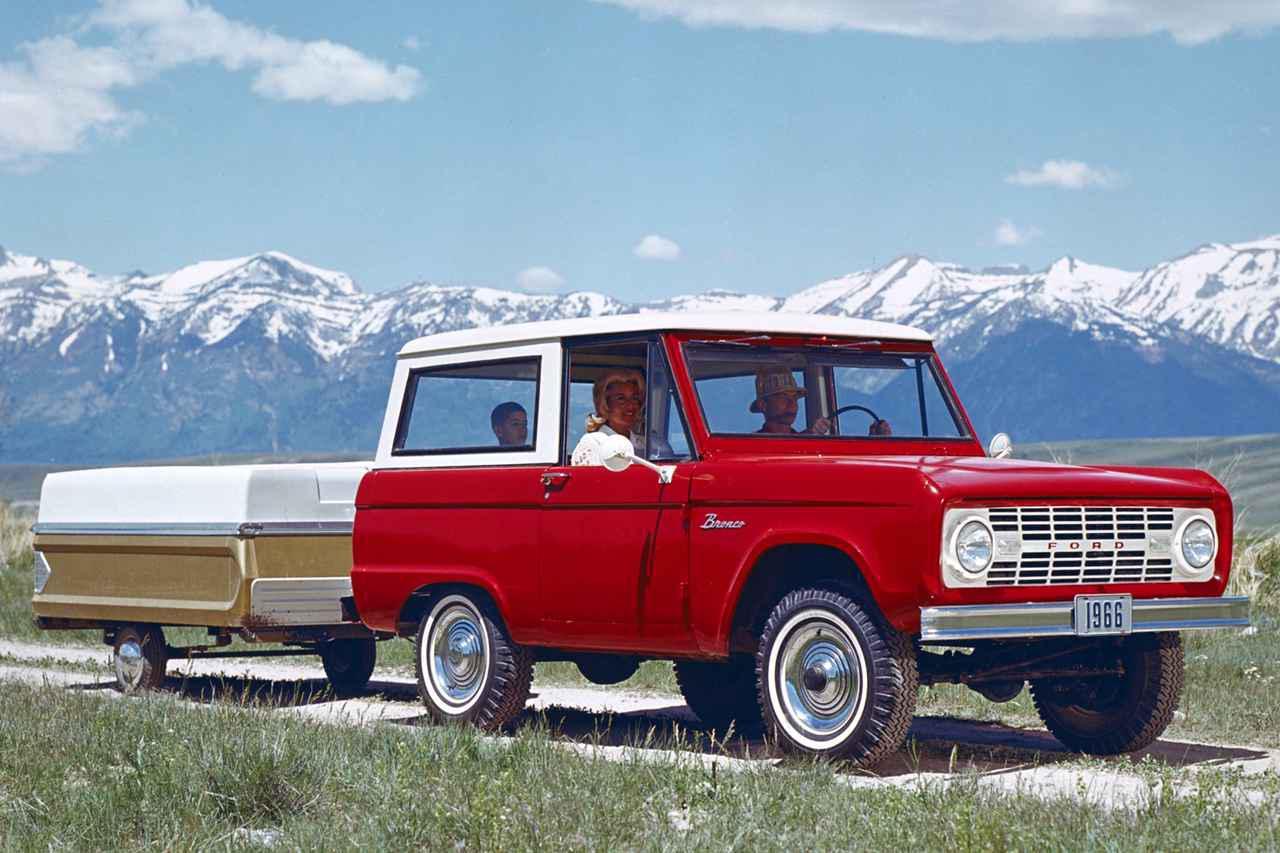 画像: 1966年に発表された初代フォード ブロンコ。何かの映画のワンシーンにも見えるカットからも「古き良きアメリカ」を感じてしまう。