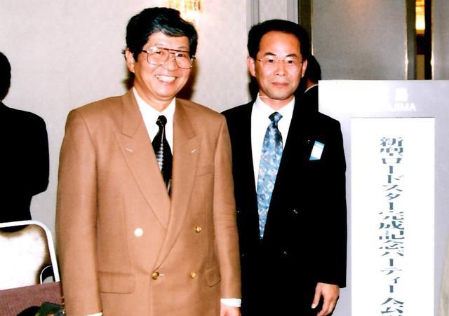 画像: 貴島さんが主査を務めた2代目ロードスター(NB)では英語版の技術開発本が製作され、山口さんが製作に携わった。完成したロードスターのことを「みんなに愛されてすごいね!」と褒めてくださいました。