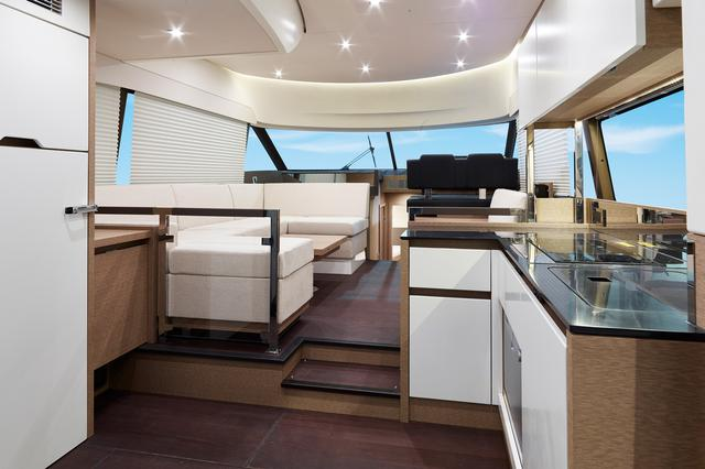 画像: メインのサロンスペースは採光性の高い大型ウインドーを採用し、豊かな居住空間を提供してくれる。(オプション・撮影のための小道具が含まれる)