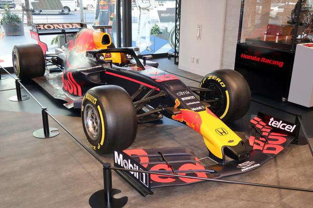 画像: ホンダとしては最後のF1シーズンに参戦するレッドブル レーシング ホンダ。展示されていた車両は、2019年のマシンに2021年シーズン用のカラーリングを施しているようだ。