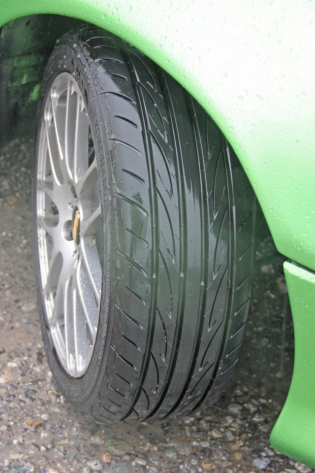 画像: 雨の日の一般道と高速道路でも、フレバのおかげで安心感が生まれ、運転に余裕ができた。すなわち、周囲の安全確認をこれまで以上にできるわけだ。