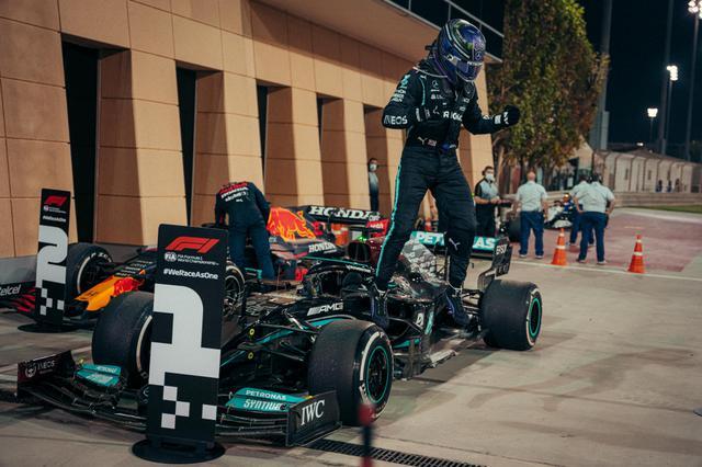 画像: メルセデスのルイス・ハミルトン。早めに動いて、フェルスタッペンを逆転。会心のレースで開幕を飾った。