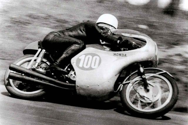 画像: 1961年のロードレース世界選手権で優勝を飾った高橋国光選手とホンダRC162。
