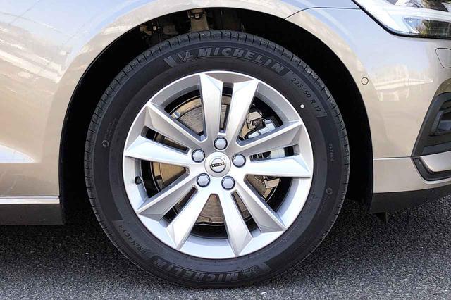 画像: タイヤはミシュランのプライマシー4で、225/50R17のサイズ。アクセサリーカタログには標準装着のこのホイールの他に、2種類のデザインが用意されている。
