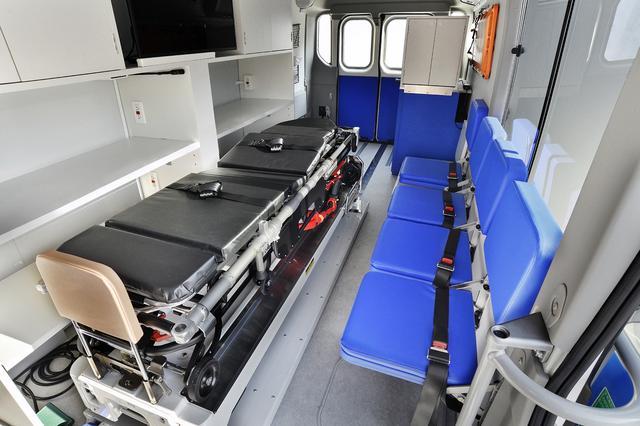 画像: FC医療車の内部。この医療車はドクターカーなので医師や看護師が同乗する救急車の一種となる。