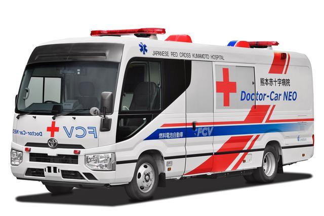 画像: コースターをベースに開発中のFC医療車。フロントには前走車に分かるように鏡文字でロゴが入れられている。