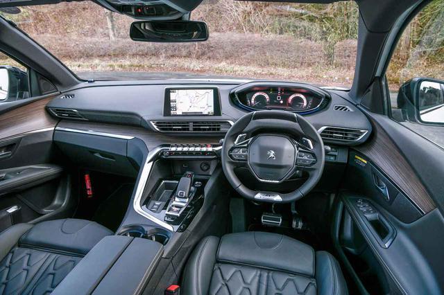 画像: 適度な包まれ感の中に先鋭性と優れた実用性を兼ね備えたi-Cockpitを採用。