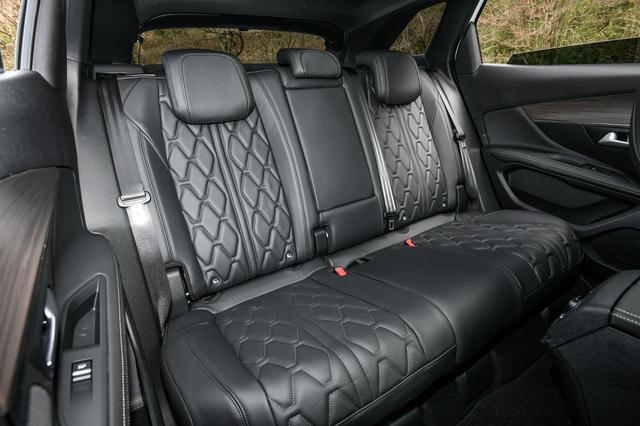 画像: 後席もちょっと贅沢にレザーでコーディネイト。肩まわりや足元のゆとりは十分で、快適だ。