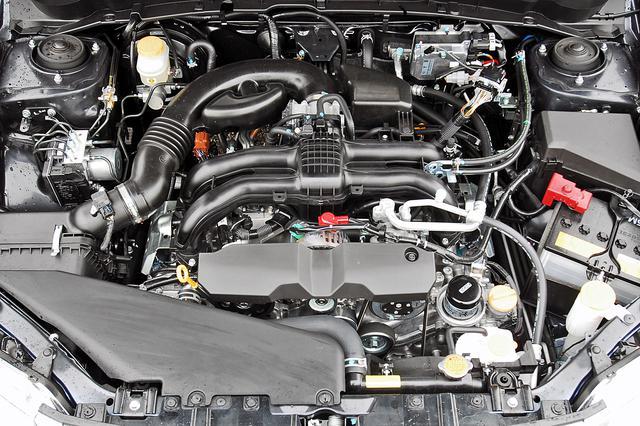 画像: エンジンの基本骨格から見直した新世代ボクサーのFB型エンジンは、ロングストローク化にともなう全幅の拡大を克服している。