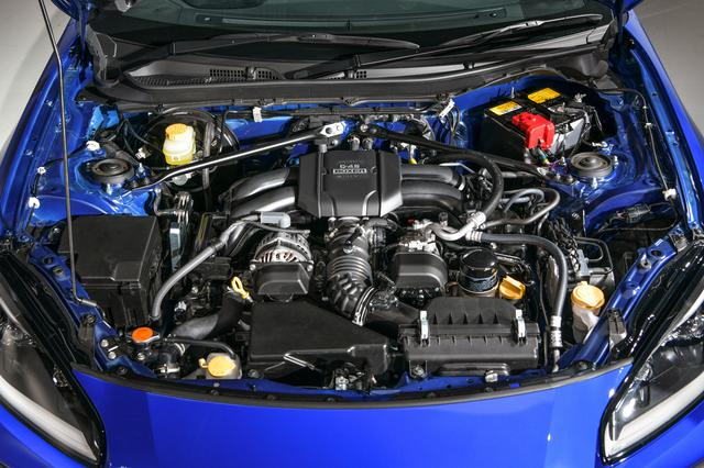 画像: 新型GR86とBRZ(写真)に搭載される新開発の2.4L水平対向4気筒エンジン。最高出力235ps/7000rpm、最大トルク25.5kgm/3700rpm、パワー向上と発生回転数の変更で、息継ぎのないスムーズさを味わえるという。