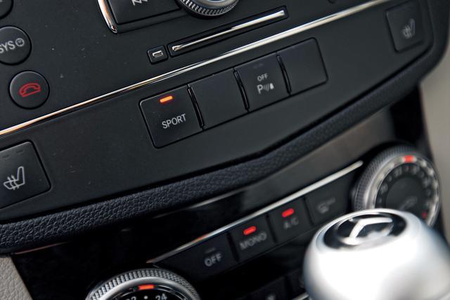 画像: 「SPORT」モードを選択する「魔法のスイッチ」は、エアコン操作パネルの上に用意されている。