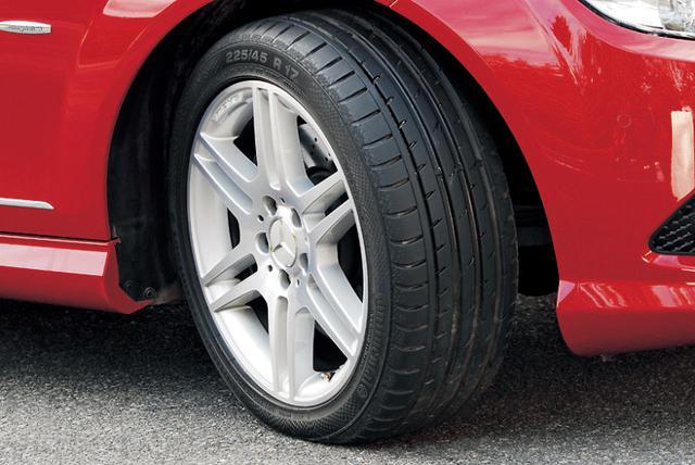 画像: 用デザインの17インチアルミホイール。タイヤサイズは225/45R17。