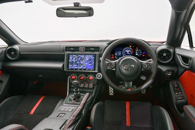 画像: 新型GR86(6速MT仕様)のコクピット。メーターはデジタルディスプレイ化されている。