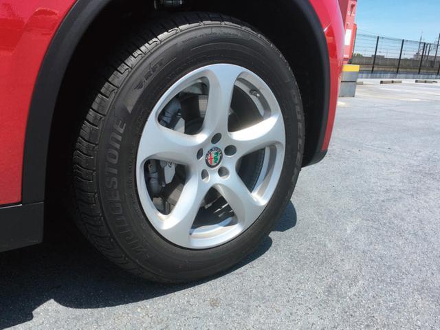 画像: 標準装備の5スポークデザインアルミホイール。18インチサイズは、ランフラットタイヤ装着となる。