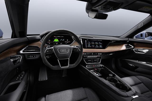 画像: インテリアは高品質かつ先進さが感じられるもの。ドライバーズシートは低いポジションに置かれ、れ、幅広いセンターコンソールにより独立した形となる。