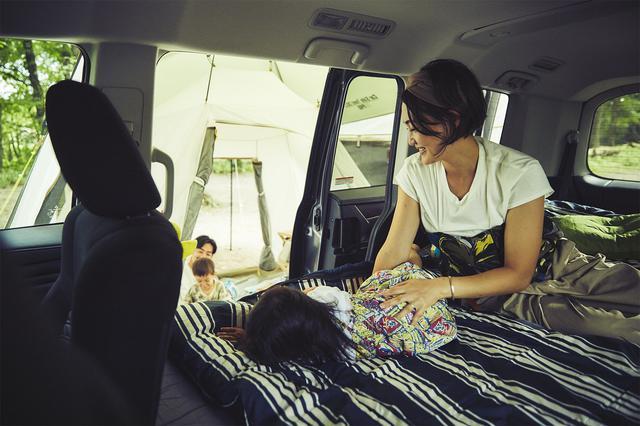 画像: クルマとテントが連結しているので、小さなお子さんがいても安心。