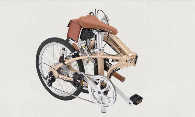 画像: デイトナの電動アシスト自転車「DE01」。折りたためばこんなにコンパクト。ボディカラーは写真のシャンパンゴールドの他にもネイビーブルーやダークグリーンメタリックなど、計5色をラインアップする。