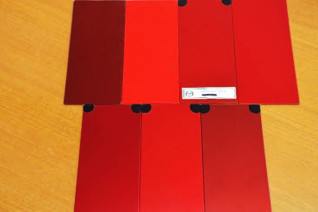 画像: 歴代ロードスターの赤塗装プレート。ひときわ明るいのがNCのトゥルーレッドだ。朱色っぽく見える。
