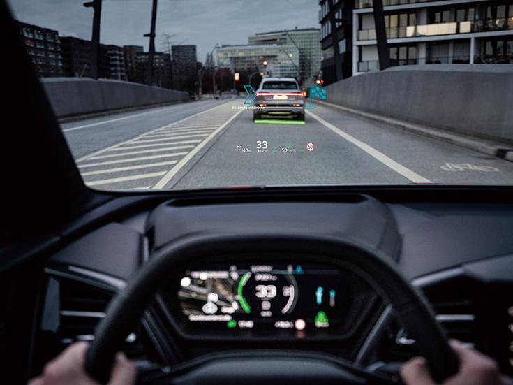 画像: AR(拡張現実)技術をヘッドアップディスプレイに採用。実際に見えている景色に重ねて各種情報を表示。