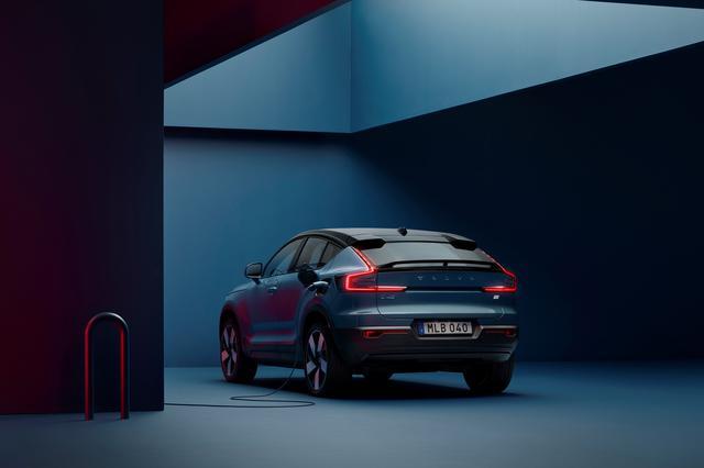 画像: 2021年3月に世界初公開されたボルボ C40リチャージ。ボルボ・カーズは2021年第一四半期の販売台数が過去最高となったと発表したが、充電可能な「リチャージ」のラインアップが好調だった。