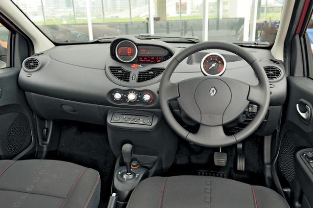 画像: ひとまわり広くなった印象のインテリア。ドライバー側に向けられたセンターパネルにデジタルの速度計が配される。正面に見えるのはタコメーター。左ハンドルのみだった先代と異なり、右ハンドルが採用されたこともポイント。
