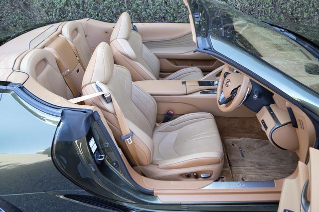 画像: シートヒーターはもちろん、ネックヒーターやステアリングヒーターも備えて前席は快適だが、後席はエマージェンシー用。