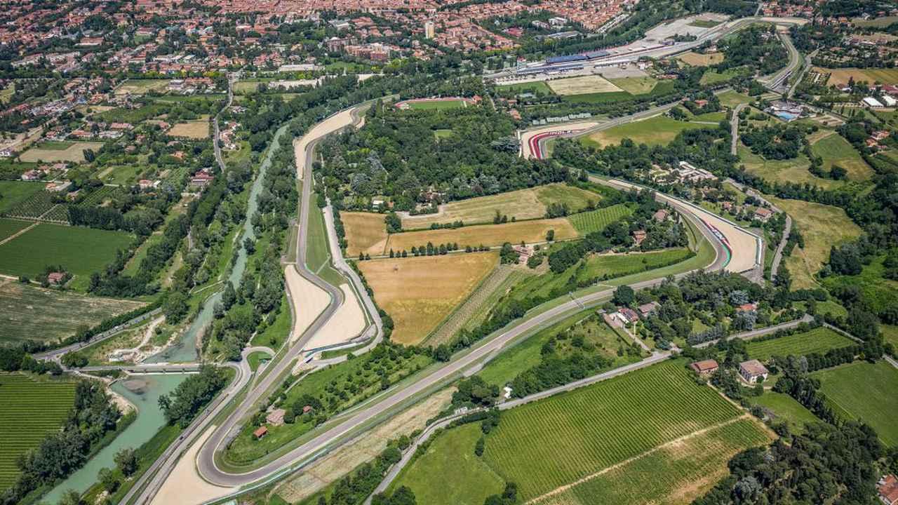 画像: イタリア・イモラサーキット(正式名称アウトードロモ・エンツォ・エ・ディーノ・フェラーリ)の全景。写真上方のホームストレートからは反時計回りに周回する。