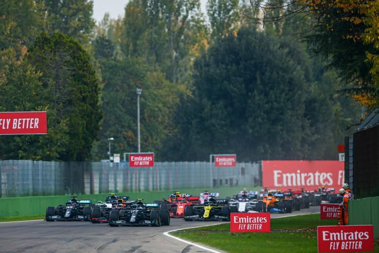 画像: 昨年2020年エミリア・ロマーニャGPのスタートシーン。昨年はマックス・フェルスタッペン(レッドブル・ホンダ)がタイヤバーストでリタイア。メルセデスが1-2フィニッシュを飾った。
