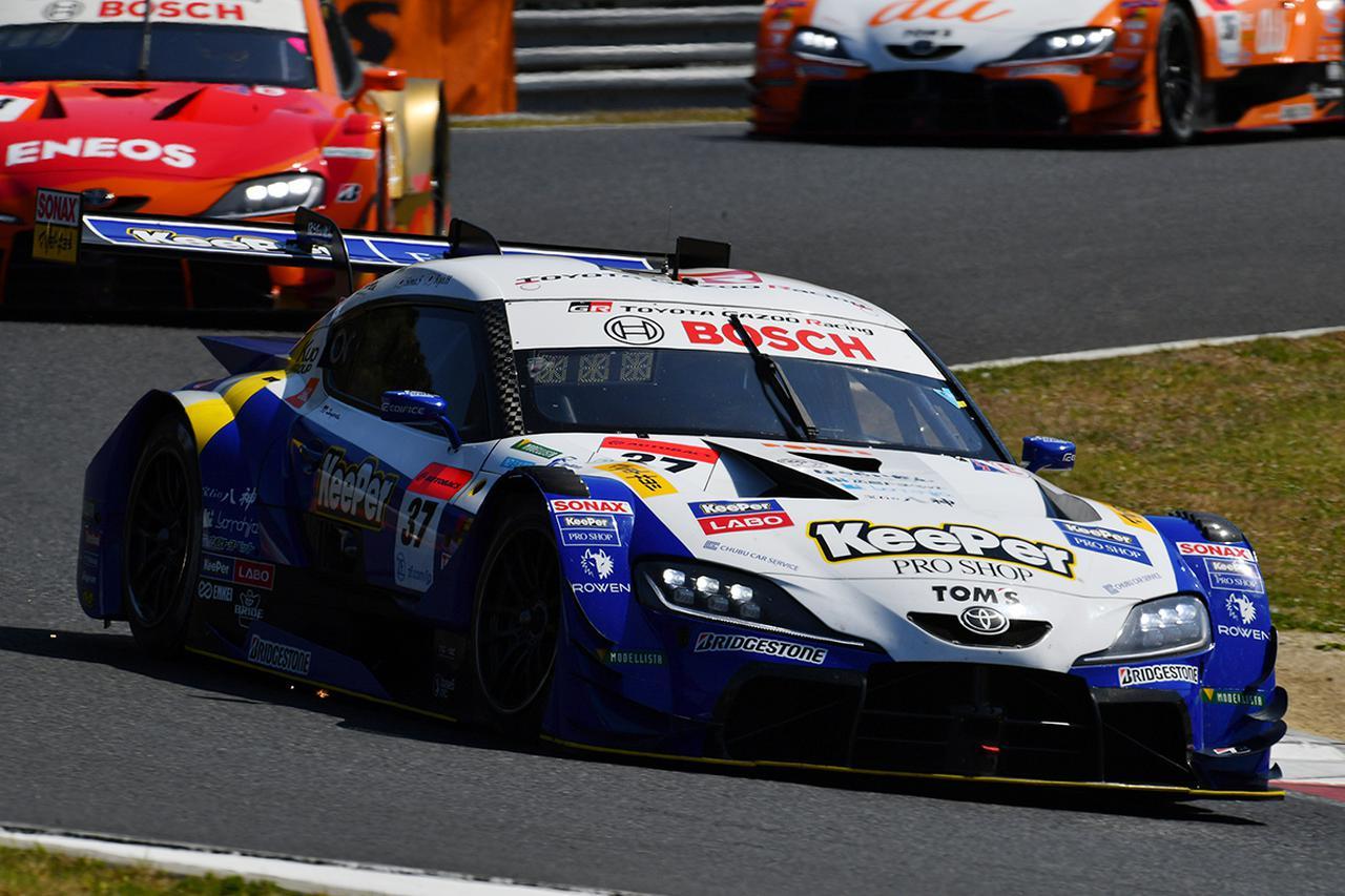 画像: 37号車阪口晴南vs14号車大嶋和也のドッグファイトが幕を開ける。