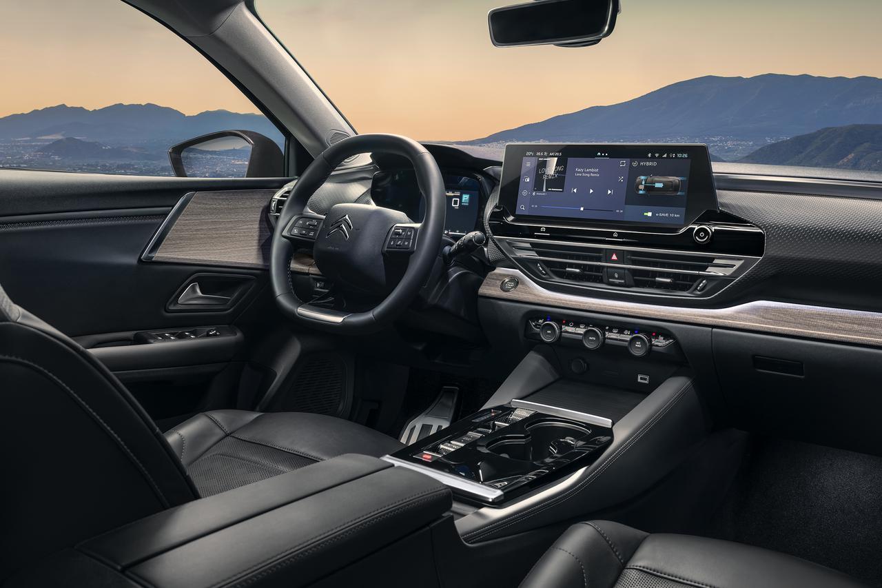 画像: フロントガラスに映し出されるフルカラーの大型ヘッドアップディスプレイはAR(拡張現実)への第一歩となるもので、速度から電話やナビゲーションまで確認することができる。「My Citroen Drive Plus」はコネクティビティを重視したインフォテインメントインターフェース。