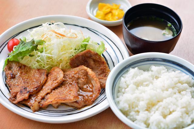 画像: フードコートで販売されている「秩父 豚味噌定食」(1100円)。
