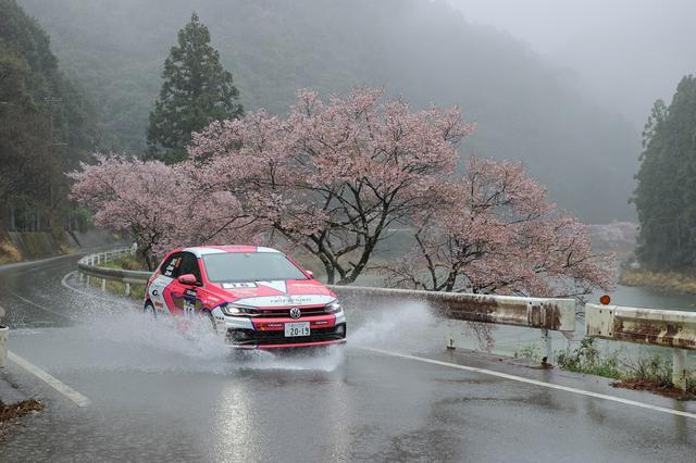 画像: DAY2はご覧のとおりの大雨。満開だった桜ですが、花散らしの雨となってしまいました。
