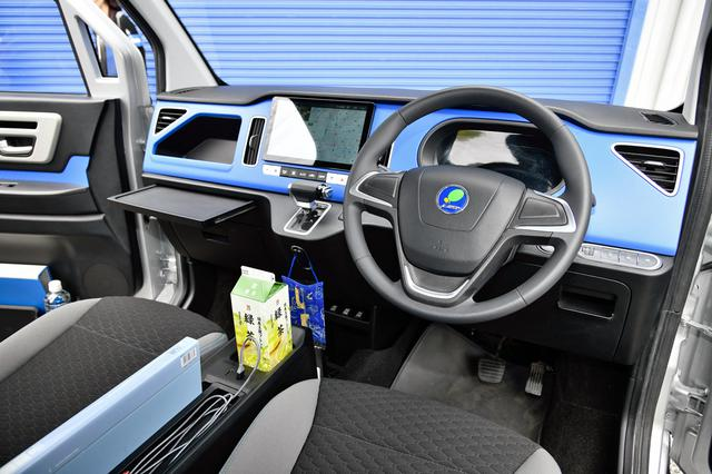画像: 車内でドライバーが少しでも快適に過ごせるように、さまざまな工夫が施されている。