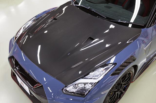 画像: クリア塗装を施したNISMO専用カーボン製エンジンフード(NACAダクト付き)。