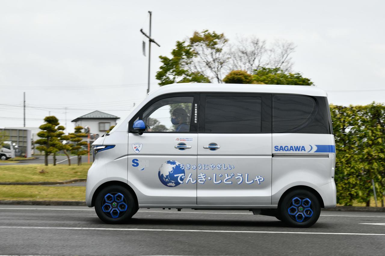 画像: デモ走行を行う宅配用電気自動車のプロトタイプ。