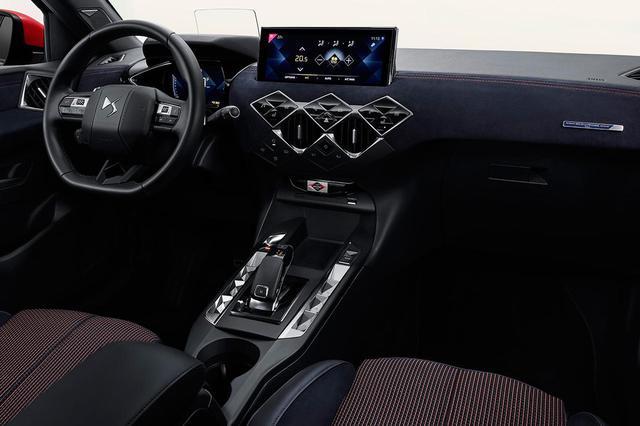 画像: 両ブランドの共同開発によるインクブルーのアルカンターラがダッシュボード全面に張り込まれている。