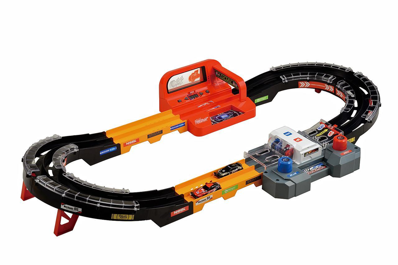 画像: 「トミカスピードウェイ 実況サウンド! デジタルアクセルサーキット」のセット全体(トミカは別売り)。