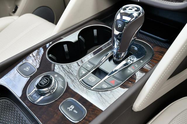 画像: ATのセレクター手前にあるダイヤルがドライブモードの選択スイッチ。「B」、「Comfort」、「Sport」、「Custom」の4種類を用意する。