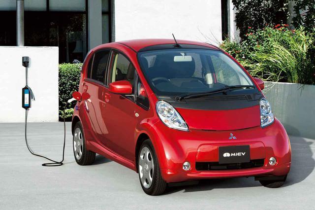 画像: 2009年に発売された三菱 i-MiEV。デビュー当初は軽自動車枠だったが、マイナーチェンジでボディサイズを拡大し、登録車扱いとなった。