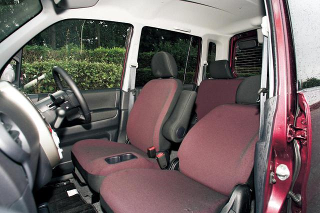 画像: 室内高は軽自動車トップの1430mm。ekワゴンをベースとしていることもあり、頭上空間はとにかく恐ろしく広い。