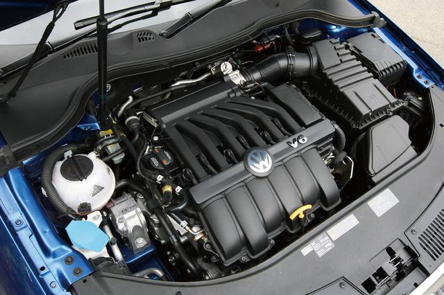 画像: パサートヴァリアントR36とパサートCC V6 4モーションに搭載される3.6FSIエンジン。基本的には同じエンジンでスペックもまったく同じだが、排気系などのチューニングの違いか、フィーリングは若干異なる。ヴァリアントR36が6800rpmからレッドゾーン、CC V6 4モーションが6100rpmからレッドゾーンとなるのも興味深いところ。写真はパサートヴァリアントR36。